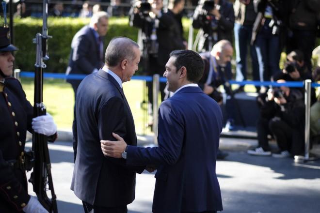 (Ξένη Δημοσίευση) Ο πρωθυπουργός Αλέξης Τσίπρας (Δ) υποδέχεται τον Πρόεδρο της Τουρκίας Ρετζέπ Ταγίπ Ερντογάν (Recep Tayyip Erdogan) (Α)  στη συνάντηση τους στο Μέγαρο Μαξίμου,  Αθήνα, Πέμπτη 7 Δεκεμβρίου 2017. Ο Τούρκος Πρόεδρος πραγματοποιεί διήμερη επίσημη επίσκεψη στην Ελλάδα. ΑΠΕ-ΜΠΕ/ΓΡΑΦΕΙΟ ΤΥΠΟΥ ΠΡΩΘΥΠΟΥΡΓΟΥ/Andrea Bonetti