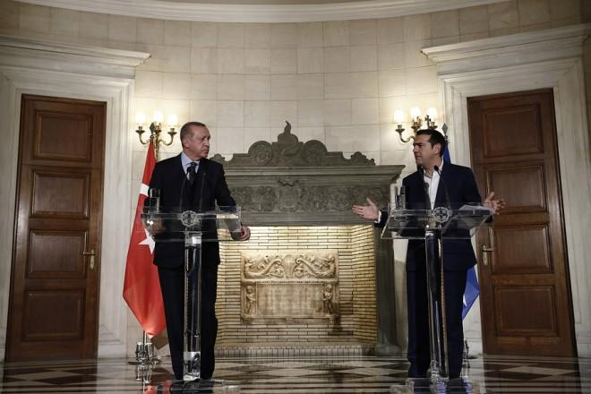 Ο πρωθυπουργός Αλέξης Τσίπρας (Δ) με τον Πρόεδρο της Τουρκίας Ρετζέπ Ταγίπ Ερντογάν (Recep Tayyip Erdogan) (Α) κάνουν δηλώσεις στους δημοσιογράφους μετά την κατ' ιδίαν συνάντηση που είχαν στο Μέγαρο Μαξίμου, Πέμπτη 7 Δεκεμβρίου 2017. Ο Τούρκος Πρόεδρος βρίσκεται στην Ελλάδα για διήμερη επίσκεψη. Αύριο θα επισκεφθεί την πόλη της Κομοτηνής. ΑΠΕ-ΜΠΕ/ΑΠΕ-ΜΠΕ/ΑΛΕΞΑΝΔΡΟΣ ΒΛΑΧΟΣ
