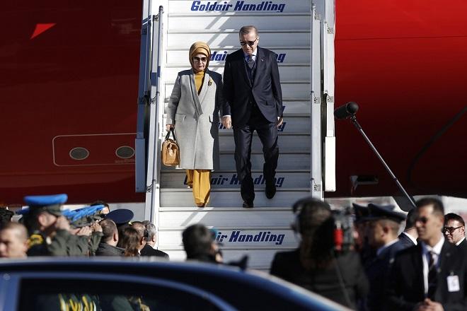 """Ο Πρόεδρος της Τουρκίας Ρετζέπ Ταγίπ Ερντογάν (Recep Tayyip Erdoğan), συνοδευόμενος από τη σύζυγό του Εμινέ Ερντογάν αποβιβάζεται από το αεροπλάνο, στο αεροδρόμιο """"Ελ. Βενιζέλος""""στα Σπάτα,  Πέμπτη 07 Δεκεμβρίου 2017. Διήμερη επίσημη επίσκεψη στην Ελλάδα  πραγματοποιεί ο Πρόεδρος της Τουρκίας Ρετζέπ Ταγίπ Ερντογάν. ΑΠΕ-ΜΠΕ/ΑΠΕ-ΜΠΕ/ΓΙΑΝΝΗΣ ΚΟΛΕΣΙΔΗΣ"""