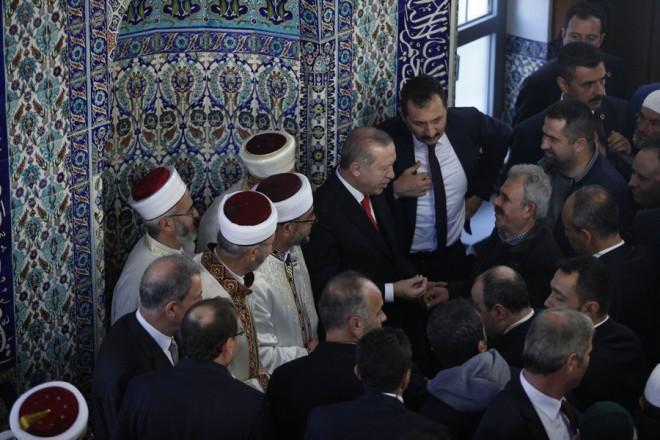 Ο Πρόεδρος της Τουρκίας, Ρετζέπ Ταγίπ Ερντογάν επισκέφτηκε το τζαμί Κιρ Μαχαλλέ της Κομοτηνής, την Παρασκευή 8 Δεκεμβρίου 2017. Στη Θράκη βρίσκεται ο Πρόεδρος της Τουρκίας, Ρετζέπ Ταγίπ Ερντογάν, συνοδευόμενος από τη σύζυγό του Εμινέ και τα μέλη της αποστολής της τουρκικής κυβέρνησης. ΑΠΕ-ΜΠΕ/ΑΠΕ-ΜΠΕ/ΝΙΚΟΣ ΑΡΒΑΝΙΤΙΔΗΣ