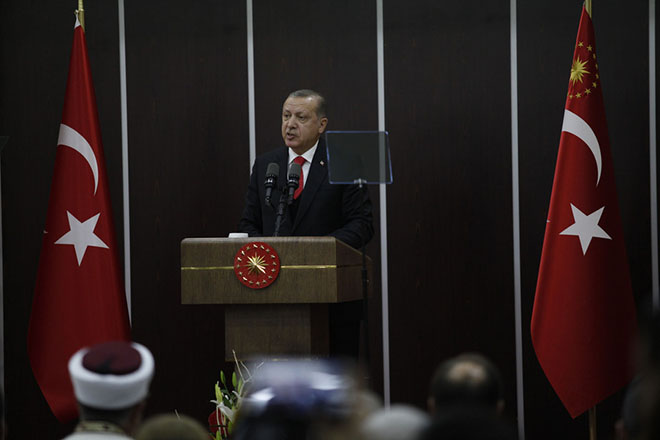 Ο Πρόεδρος της Τουρκίας, Ρετζέπ Ταγίπ Ερντογάν μιλάει κατά τη διάρκεια γεύματος σε ξενοδοχείο της Κομοτηνής, την Παρασκευή 8 Δεκεμβρίου 2017. Στη Θράκη βρίσκεται ο Πρόεδρος της Τουρκίας, Ρετζέπ Ταγίπ Ερντογάν, συνοδευόμενος από τη σύζυγό του Εμινέ και τα μέλη της αποστολής της τουρκικής κυβέρνησης. ΑΠΕ-ΜΠΕ/ΑΠΕ-ΜΠΕ/ΝΙΚΟΣ ΑΡΒΑΝΙΤΙΔΗΣ