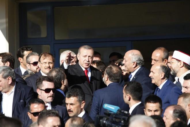 Ο υφυπουργός Εξωτερικών Γιάννης Αμανατίδης υποδέχτηκε τον Πρόεδρο της Τουρκίας, Ρετζέπ Ταγίπ Ερντογάν κατά την επίσκεψή του επισκέφτηκε το μειονοτικό σχολείο Τζελάλ Μπαγιάρ της Κομοτηνής, την Παρασκευή 8 Δεκεμβρίου 2017. Στη Θράκη βρίσκεται ο Πρόεδρος της Τουρκίας, Ρετζέπ Ταγίπ Ερντογάν, συνοδευόμενος από τη σύζυγό του Εμινέ και τα μέλη της αποστολής της τουρκικής κυβέρνησης. ΑΠΕ-ΜΠΕ/ΑΠΕ-ΜΠΕ/ΝΙΚΟΣ ΑΡΒΑΝΙΤΙΔΗΣ