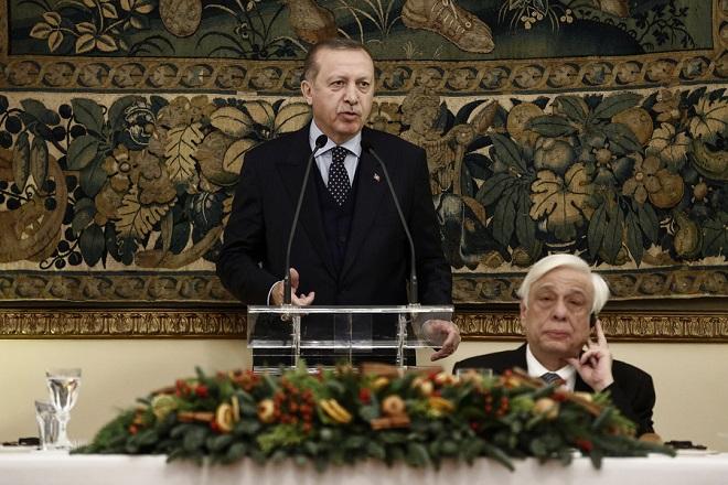 Ο Πρόεδρος της Τουρκίας Ρετζέπ Ταγίπ Ερντογάν (Recep Tayyip Erdogan) (Α) μιλάει δίπλα στον Πρόεδρο της Δημοκρατίας Προκόπη Παυλόπουλο (Δ) στο επίσημο δείπνο που παρέθεσε ο Πρόεδρος της Δημοκρατίας Π. Παυλόπουλος, στο Προεδρικό Μέγαρο, Πέμπτη 7 Δεκεμβρίου 2017. Ο Τούρκος Πρόεδρος βρίσκεται στην Ελλάδα για διήμερη επίσκεψη. ΑΠΕ-ΜΠΕ/ΑΠΕ-ΜΠΕ/ΓΙΑΝΝΗΣ ΚΟΛΕΣΙΔΗΣ