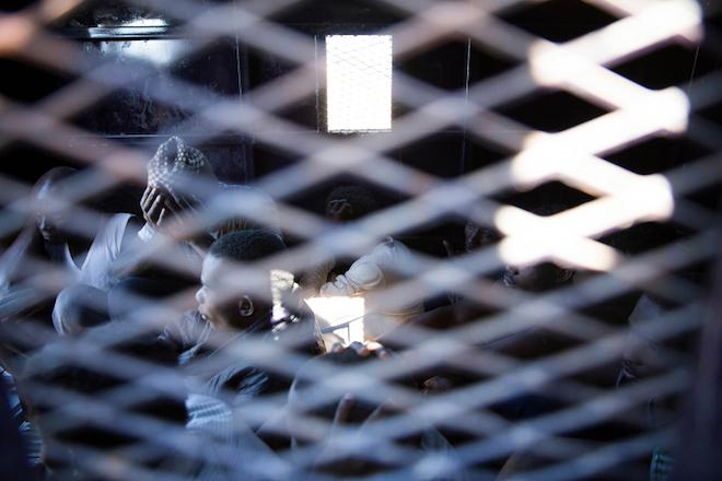 Στην αυγή του 2018, μετανάστες και πρόσφυγες παγιδευμένοι στη Λιβύη πωλούνται ως σκλάβοι