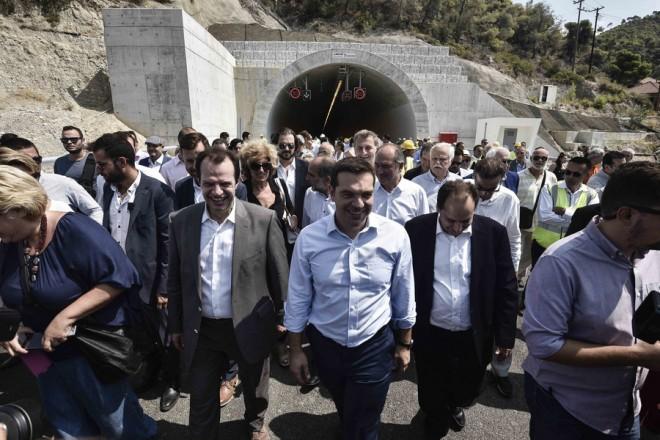 Ο πρωθυπουργός Αλέξης Τσίπρας (Κ) και ο υπουργός Υποδομών, Μεταφορών και Δικτύων Χρήστος Σπίρτζης (ΚΔ) ξεναγούνται στη σήραγγα παράκαμψης Δερβενίου Κορινθίας, την Παρασκευή 2 Σεπτεμβρίου 2016. Εγκαίνια και παράδοση από τον πρωθυπουργό στην κυκλοφορία των δύο σηράγγων παράκαμψης Δερβενίου Κορινθίας και της νέας γέφυρας διέλευσης από τον ποταμό Δερβένι, του οδικού άξονα «Ολυμπία Οδός» (Είσοδος της πρώτης σήραγγας Δερβενίου, κατεύθυνση από Πάτρα προς Κόρινθο). ΑΠΕ-ΜΠΕ/ΓΡΑΦΕΙΟ ΤΥΠΟΥ ΠΡΩΘΥΠΟΥΡΓΟΥ/Andrea Bonetti