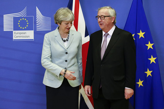 epaselect epa06375747 British Prime Minister Theresa May prepares to shakes hands with EU Commission President Jean-Claude Juncker (R) prior to a meeting on Brexit Negotiations in Brussels, Belgium, 08 December 2017. Reports state that Theresa May is in Brussels after talks on the issue of the Irish border where she will meet with European Commission President Jean-Claude Juncker and EU negotiator Michel Barnier.  EPA/OLIVIER HOSLET