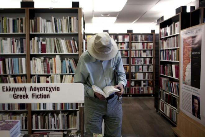 Πολίτης διαβάζει ένα βιβλίο σε κεντρικό βιβλιοπωλείο, Αθήνα, Σάββατο 14 Σεπτεμβρίου 2013. ΑΠΕ-ΜΠΕ/ΑΠΕ-ΜΠΕ/ΑΛΚΗΣ ΚΩΝΣΤΑΝΤΙΝΙΔΗΣ