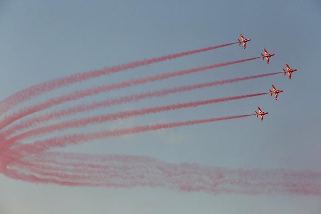 Το ακροβατικό σμήνος Red Arrows πραγματοποιεί επίδειξη, την Κυριακή 17 Σεπτεμβρίου 2017, στην Τανάγρα. Πιλότοι από όλον τον κόσμο έλαβαν μέρος στις αεροπορικές επιδείξεις  που πραγματοποιήθηκαν στην αεροπορική βάση της Τανάγρας, στο πλαίσιο του Athens Flying Week. Ξεχώρισαν τα θρυλικά Red Arrows της Βασιλικής Αεροπορίας της Αγγλίας, το ακροβατικό σμήνος Silverstars από την Αίγυπτο που ήρθε για πρώτη φορά στην Ελλάδα και φυσικά τα ελληνικά ακροβατικά σμήνη. Πρόκειται για το ακροβατικό σμήνος των F-16 Zeus και το ακροβατικό σμήνος των Τ-6 Δαίδαλος. H Athens Flying Week (AFW) είναι η μεγαλύτερη αεροπορική επίδειξη στην Ελλάδα και μία από τις μεγαλύτερες στη νοτιοανατολική Ευρώπη. ΑΠΕ-ΜΠΕ/ΑΠΕ-ΜΠΕ/ΑΛΕΞΑΝΔΡΟΣ ΜΠΕΛΤΕΣ