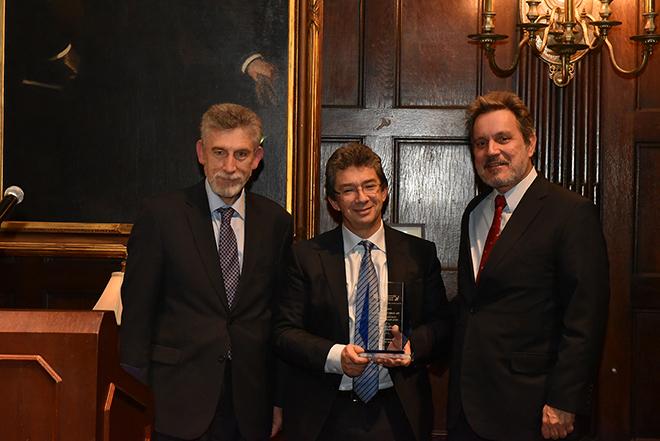 Τιμητική διάκριση του CEO της Philip Morris International για τη συνεισφορά στην ελληνική οικονομία