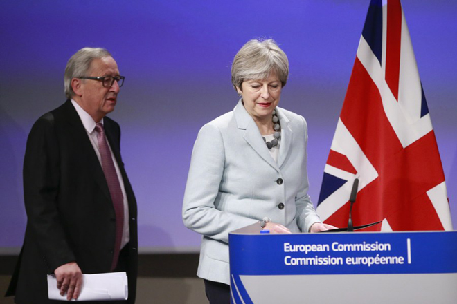 epa06375781 British Prime Minister Theresa May attends a press conference with EU Commission President Jean-Claude Juncker (L) prior to a meeting on Brexit Negotiations in Brussels, Belgium, 08 December 2017. Reports state that Theresa May is in Brussels after talks on the issue of the Irish border where she will meet with European Commission President Jean-Claude Juncker and EU negotiator Michel Barnier.  EPA/OLIVIER HOSLET