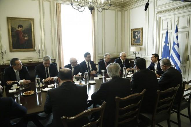 Ο πρωθυπουργός Αλέξης Τσίπρας (Δ) συνομιλεί με τα μέλη του προεδρείου της Ελληνικής Ένωσης Τραπεζών, κατά τη διάρκεια της συνάντησής τους, στο Μέγαρο Μαξίμου, Αθήνα, Δευτέρα 18 Δεκεμβρίου 2017.  ΑΠΕ-ΜΠΕ/ΑΠΕ-ΜΠΕ/ΓΙΑΝΝΗΣ ΚΟΛΕΣΙΔΗΣ