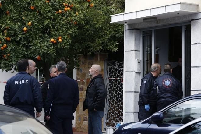 Aξιωματικοί του Τμήματος Εγκλημάτων κατά Ζωής της Ασφάλειας Αττικής συνομιλούν, ενώ άνδρες του ΕΚΑΒ προσέρχονται στο  σπίτι, όπου νωρίτερα αστυνομικός σκότωσε την οικογένειά του και στη συνέχεια αυτοκτόνησε, στους Αγίους Αναργύρους, τη Δευτέρα 18 Δεκεμβρίου 2017. Οικογενειακή τραγωδία στους Αγίους Αναργύρους. Σύμφωνα με τις πρώτες πληροφορίες από αστυνομικές πηγές ένας εν ενεργεία αστυνομικός δολοφόνησε την κόρη του, τη σύζυγό του και την πεθερά του και στη συνέχεια αυτοκτόνησε με το όπλο του. Τους νεκρούς εντόπισαν συγγενείς που πήγαν το μεσημέρι, στην οικία της οικογένειας, στην οδό Ευρυπίδου.  ΑΠΕ-ΜΠΕ/ΑΠΕ-ΜΠΕ/ΑΛΕΞΑΝΔΡΟΣ ΒΛΑΧΟΣ