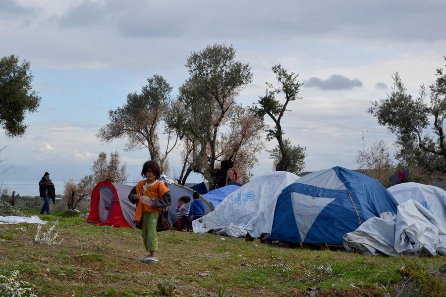 Στους δρόμους οι πρόσφυγες στη Μόρια- Στα άκρα η κόντρα ΝΔ- ΣΥΡΙΖΑ