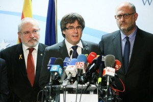 epa06402837 Ousted Catalan leader Carles Puigdemont (C)  gives a press conference after the Catalunia's election results, at the Press Club in Brussels,  Belgium, 22 December 2017. Others are not identified. Ciutadans, Catalan faction of Ciudadanos party, was the most voted party, with 37 seats, in the Catalan regional elections the previous day. While the pro Spanish union parties obtained a total of 57 seats between Ciudadanos, 37, Socialist party, 17, and People's Party (PP), 3; the pro-independence parties obtained 40 seats divided between left wing pro-independence ERC party, 32, right wing pro-independence Junts per Catalunya, 34, and extreme left wing pro-independence CUP party, 4. Parties will have to negotiate to form Government before 06 February 2018 to avoid new elections.  EPA/STEPHANIE LECOCQ