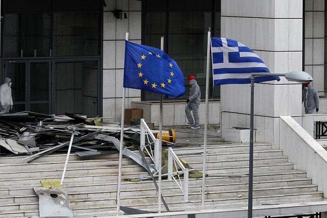 Συνεργεία της Εγκληματολογικής Υπηρεσίας κάνουν  έρευνα στο σημείο της έκρηξης έξω από το Εφετείο ΑθηνώνΠαρασκευή  22 Δεκεμβρίου 2017. Η Ισχυρή έκρηξη που σημειώθηκε 03.25 σήμερα έξω από το Εφετείο Αθηνών, στην οδό Λουκάρεως είχε σαν αποτέλεσμα να προξενηθούν  σοβαρές ζημιές στην είσοδο του Εφετείου, ενώ έσπασαν τζάμια και σε απέναντι κτίρια ΑΠΕ ΜΠΕ/ΑΠΕ ΜΠΕ/ΒΛΑΧΟΣ ΑΛΕΞΑΝΔΡΟΣ