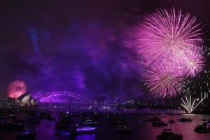 epa06410968 Fireworks explode over Sydney Harbour during New Year's Eve celebrations in Sydney, 31 December 2017.  EPA/DAVID MOIR EDITORIAL USE ONLY AUSTRALIA AND NEW ZEALAND OUT NO ARCHIVING
