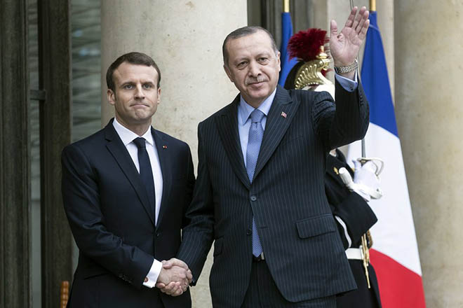 epa06418312 Turkish President Recep Tayyip Erdogan (R) is welcomed by French President Emmanuel Macron (L) upon his arrival at the Elysee Palace for a meeting in Paris, France, 05 January 2018. Erdogan is in Paris for a one-day visit for bilateral talks.  EPA/ETIENNE LAURENT