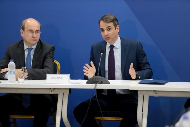 Ο πρόεδρος της Νέας Δημοκρατίας Κυριάκος Μητσοτάκης (Δ ) πλαισιωμένος από τον αντιπρόεδρο Κωστή Χατζηδάκη (Α)  μιλά στη συνεδρίαση των Τομεαρχών, στα κεντρικά γραφεία του κόμματος στο Μοσχάτο, Τρίτη 9 Ιανουαρίου 2018. ΑΠΕ-ΜΠΕ/ΑΠΕ-ΜΠΕ/Παντελής Σαίτας