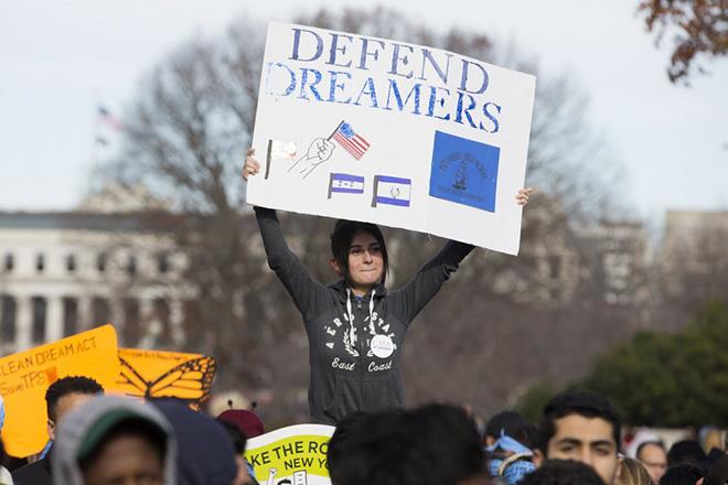 Πάνω από 100 αμερικανικές εταιρείες ζητούν από τον Τραμπ να μην απελάσει τους «Dreamers»