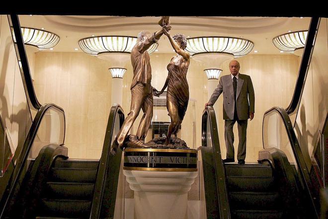 Γιατί το Harrods ξηλώνει το άγαλμα της πριγκίπισσας Νταϊάνα και του Ντόντι Αλ-Φάγεντ