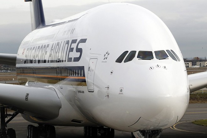 epa06387217 The new Airbus A380 Singapore Airlines plane prepares to take off at the Airbus's delivery center in Colomiers, near Toulouse, Southern France, 13 January 2017. The A380 aircraft is the first of five new planes provided with the new cockpit. Singapore Airlines is first carrier in the world to operate the new Airbus A380 planes.  EPA/GUILLAUME HORCAJUELO