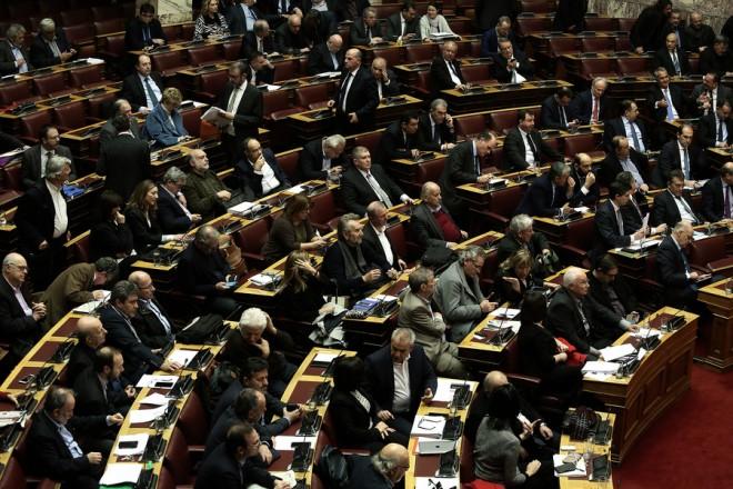 """Οι βουλευτές ψηφίζουν με ονομαστική ψηφοφορία στη σημερινή συζήτηση στη Βουλή του πολυνομοσχεδίου «Ρυθμίσεις για την εφαρμογή των διαρθρωτικών μεταρρυθμίσεων του Προγράμματος Οικονομικής Προσαρμογής και άλλες διατάξεις"""", Δευτέρα 15 Ιανουαρίου 2018.  ΑΠΕ-ΜΠΕ/ΑΠΕ-ΜΠΕ/ΣΥΜΕΛΑ ΠΑΝΤΖΑΡΤΖΗ"""