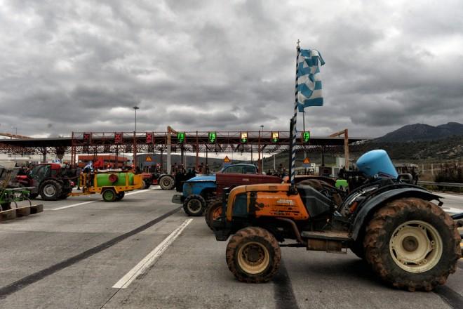 Αγρότες και κτηνοτρόφοι της Ανατολικής Κορινθίας με τα τρακτέρ τους έκλεισαν την εθνική οδό Κορίνθου-Τρίπολης στα διόδια Σπαθοβουνίου, την Παρασκευή 10 Φεβρουαρίου 2017. ΑΠΕ ΜΠΕ/ΑΠΕ ΜΠΕ/ΒΑΣΙΛΗΣ ΨΩΜΑΣ