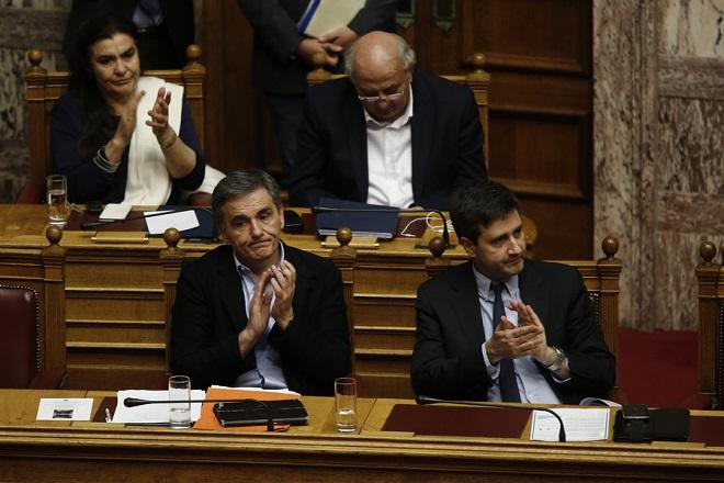 Ο υπουργός Οικονομικών Ευκλείδης Τσακαλώτος (A) με τον αναπληρωτή υπουργό Οικονομικών Γεώργιο Χουλιαράκη (Δ) παρακολουθούν τη συζήτηση στην Ολομέλεια της Βουλής για την κύρωση του Κρατικού Προϋπολογισμού οικονομικού έτους 2018, που θα ολοκληρωθεί το βράδυ με ονομαστική ψηφοφορία, Αθήνα, Τρίτη 19 Δεκεμβρίου 2017.  ΑΠΕ-ΜΠΕ/ΑΠΕ-ΜΠΕ/ΑΛΕΞΑΝΔΡΟΣ ΒΛΑΧΟΣ