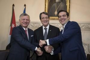 (Ξένη Δημοσίευση) Ο πρωθυπουργός Αλέξης Τσίπρας (Δ) , ο πρόεδρος της Κυπριακής Δημοκρατίας Νίκος Αναστασιάδης (Κ) και ο βασιλιάς της Ιορδανίας Αμπντάλας Β΄ (Α), ανταλλάσουν χειραψία κατά την διάρκεια της συνάντησης τους στο Προεδρικό Μέγαρο, Τρίτη 16 Ιανουαρίου 2018. Στη Λευκωσία βρίσκεται ο πρωθυπουργός Αλέξης Τσίπρας για να πάρει μέρος στην πρώτη Τριμερή Σύνοδο Κορυφής Ελλάδας-Κύπρου-Ιορδανίας που θα πραγματοποιηθεί στο Προεδρικό Μέγαρο. ΑΠΕ-ΜΠΕ/ΓΡΑΦΕΙΟ ΤΥΠΟΥ ΠΡΩΘΥΠΟΥΡΓΟΥ/Andrea Bonetti