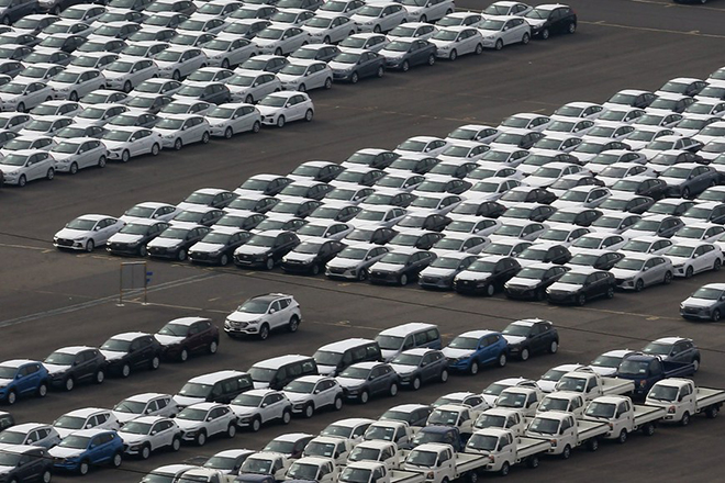 epa06423722 Cars are parked at a pre-delivery storage yard of Hyundai Motor Co. in Ulsan, about 415 kilometers southeast of Seoul, South Korea,  07 January 2018.  The auto industry has emerged as the first target of renegotiations of the free trade agreement (FTA) between South Korea and the United States.  EPA/YONHAP SOUTH KOREA OUT