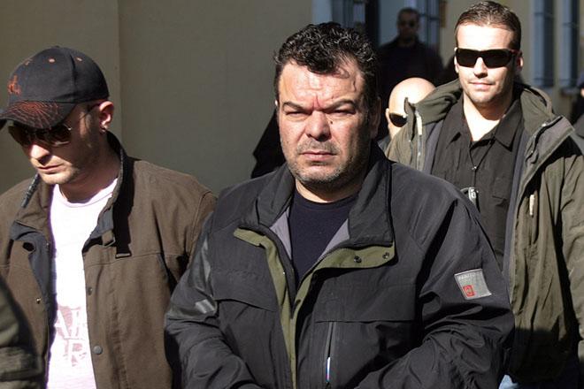 Ο μέχρι πρότινος υπ' αριθμόν ένα καταζητούμενος για το οργανωμένο έγκλημα στη χώρα 47χρονος Βασίλης Στεφανάκος οδηγείται με χειροπέδες από αστυνομικούς στο Αυτόφωρο, στα Δικαστήρια της Ευελπίδων, Τρίτη 22 Ιανουαρίου 2008.