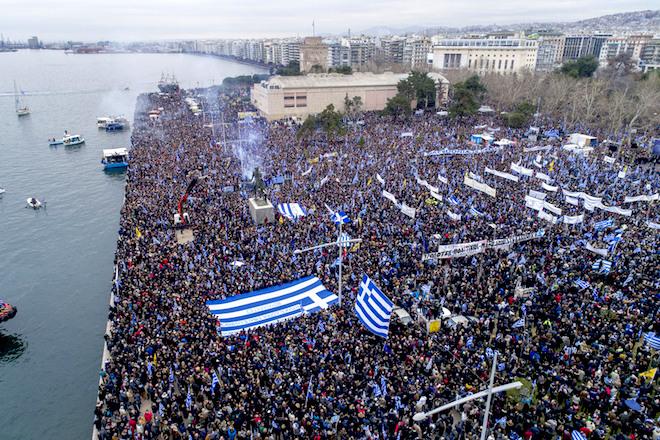 """Χιλιάδες πολίτες από όλη την Ελλάδα συμμετέχουν στο συλλαλητήριο για την ονομασία των Σκοπίων, προκειμένου να μην υπάρχει ο όρος """"Μακεδονία"""" στην ονομασία της γειτονικής χώρας, στην πλατεία του Λευκού Πύργου, Θεσσαλονίκη, Κυριακή 21 Ιανουαρίου 2018. ΑΠΕ-ΜΠΕ/ PIXEL/ ΣΩΤΗΡΗΣ ΜΠΑΡΜΠΑΡΟΥΣΗΣ"""