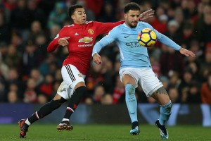 epa06381912 Manchester United's Jesse Lingard (L) challenges Manchester City's Kyle Walker during the English premier league soccer match between Manchester united and Manchester City at Old Trafford Stadium in Manchester, Britain, 10 December 2017.  EPA/Nigel Roddis EDITORIAL USE ONLY. No use with unauthorized audio, video, data, fixture lists, club/league logos or 'live' services. Online in-match use limited to 75 images, no video emulation. No use in betting, games or single club/league/player publications