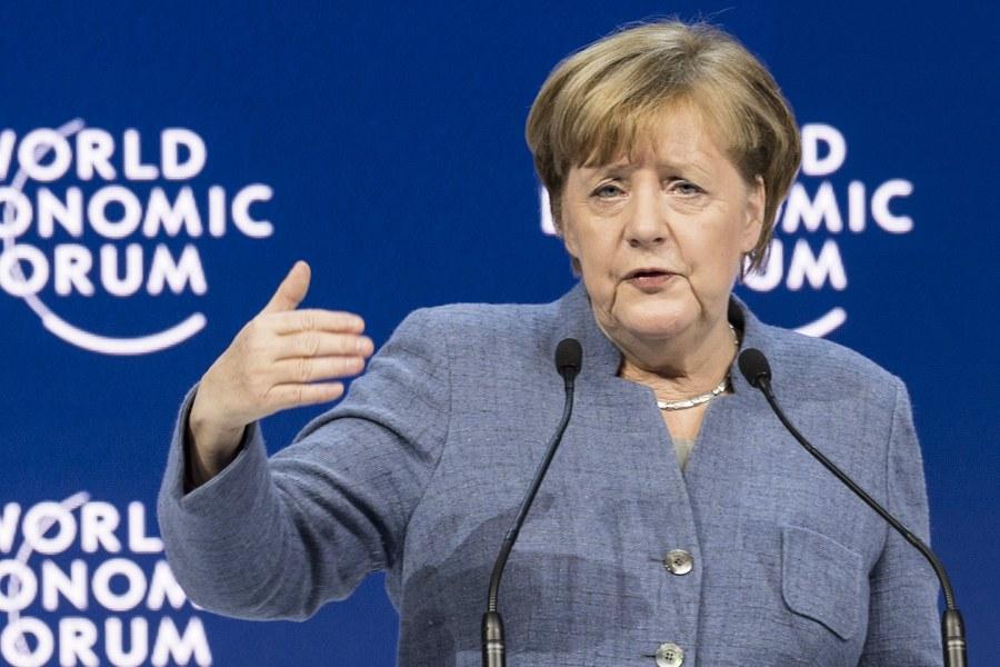 Απέναντι σε όσους αντιστέκονται στην παγκοσμιοποίηση εμφανίστηκε στο Νταβός η Μέρκελ