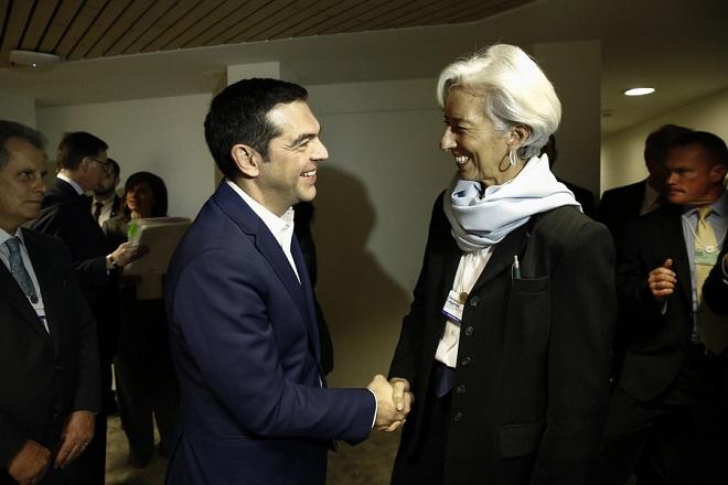 (Ξένη Δημοσίευση) Ο πρωθυπουργός, Αλέξης Τσίπρας (Α) ανταλλάσει χειραψία με τη γενική διευθύντρια του ΔΝΤ Κριστίν Λαγκάρντ (Δ) σε συνάντηση που είχαν, στο περιθώριο του Φόρουμ, στο Davos, Ελβετία,  την Πέμπτη 25  Ιανουαρίου 2018.  Ο πρωθυπουργός, Αλέξης Τσίπρας, βρίσκεται στο Νταβός της Ελβετίας, για να συμμετάσχει στις εργασίες του Παγκοσμίου Οικονομικού Φόρουμ. ΑΠΕ-ΜΠΕ/ΓΡΑΦΕΙΟ ΤΥΠΟΥ ΠΡΩΘΥΠΟΥΡΓΟΥ/ΓΙΑΝΝΗΣ ΚΟΛΕΣΙΔΗΣ