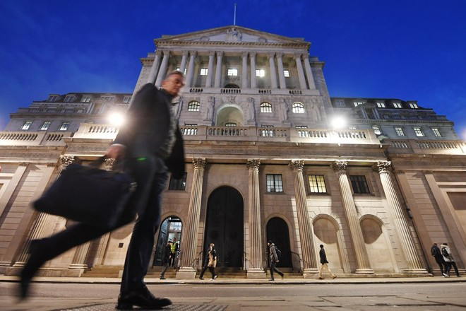 epaselect epa06354889 A pedestrian walks past the Bank of England in London, Britain, 28 November 2017. Bank of England Governor Mark Carney delivered the Banks Financial Stability Report 28 November.  EPA/ANDY RAIN