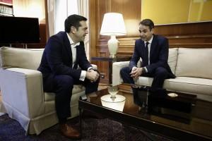 Ο πρωθυπουργός Αλέξης Τσίπρας (Α) συνομιλεί με τον πρόεδρο της ΝΔ Κυριάκο Μητσοτάκη (Δ), κατά τη διάρκεια της συνάντησής τους για να τον ενημερώσει για το περιεχόμενο των συναντήσεών του στο Νταβός, Αθήνα Σάββατο 27 Ιανουαρίου 2018. ΑΠΕ-ΜΠΕ/ΑΠΕ-ΜΠΕ/ΓΙΑΝΝΗΣ ΚΟΛΕΣΙΔΗΣ