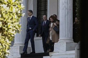 Ο πρόεδρος της ΝΔ Κυριάκος Μητσοτάκης (Α), αποχωρεί από το Μέγαρο Μαξίμου μετά την συνάντηση που είχε με τον πρωθυπουργό Αλέξη Τσίπρα (δεν εικονίζεται), για να τον ενημερώσει για το περιεχόμενο των συναντήσεών του στο Νταβός, Αθήνα Σάββατο 27 Ιανουαρίου 2018. ΑΠΕ-ΜΠΕ/ΑΠΕ-ΜΠΕ/ΓΙΑΝΝΗΣ ΚΟΛΕΣΙΔΗ