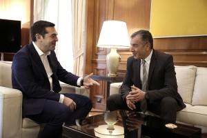 Ο πρωθυπουργός Αλέξης Τσίπρας (Α) συνομιλεί με τον επικεφαλής του Ποταμιού Σταύρο Θεοδωράκη (Δ) κατά τη συνάντησή τους στο Μέγαρο Μαξίμου για ενημέρωση σχετικά με το περιεχόμενο των συναντήσεων του πρωθυπουργού στο Νταβός, Αθήνα, Σάββατο 27 Ιανουαρίου 2018. ΑΠΕ-ΜΠΕ/ΑΠΕ-ΜΠΕ/ΣΥΜΕΛΑ ΠΑΝΤΖΑΡΤΖΗ