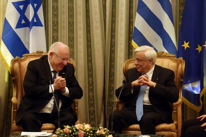 Ο Πρόεδρος της Δημοκρατίας Προκόπης Παυλόπουλος (Δ) μιλά με τον Ισραηλινό ομόλογό του Ρούβεν Ρίβλιν (Α), στη σημερινή τους συνάντηση στο Προεδρικό Μέγαρο, Δευτέρα 29 Ιανουαρίου 2018. Ο Ισραηλινός Πρόεδρος βρίσκεται στην Ελλάδα σε τριήμερη επίσημη επίσκεψη. ΑΠΕ-ΜΠΕ/ΑΠΕ-ΜΠΕ/Αλέξανδρος Μπελτές