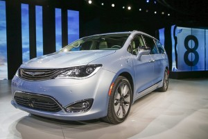 epa05097128 The 2017 Chrysler Pacifica Hybrid is presented at the North American International Auto Show at Cobo Center in Detroit, Michigan, USA, 11 January 2016. Auto manufacturers from around the globe come to show off their latest models and concepts.  EPA/TANNEN MAURY