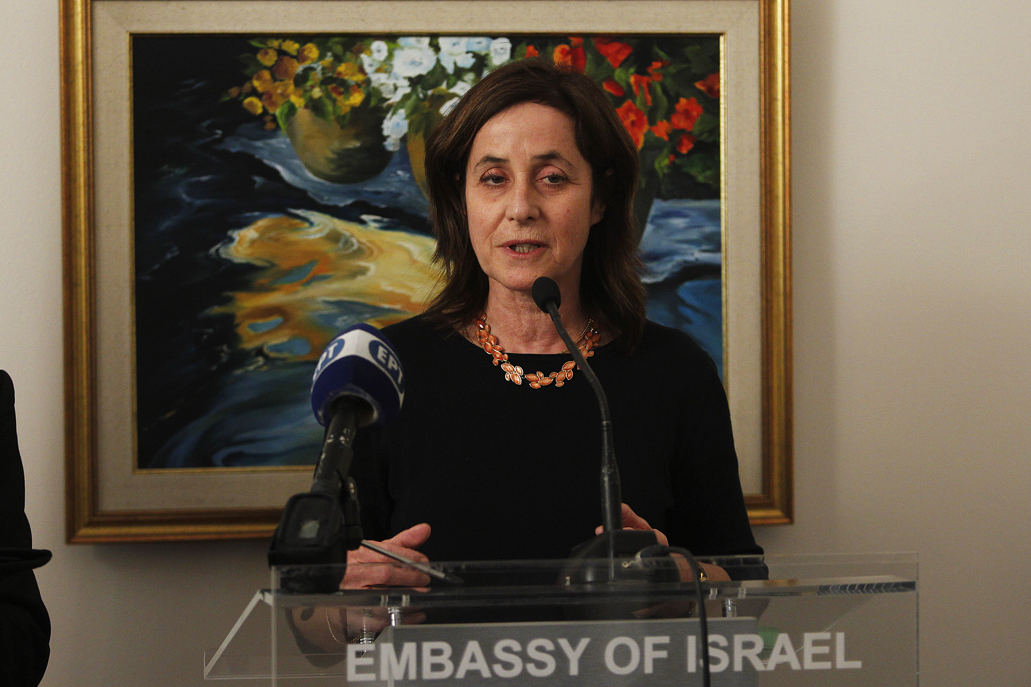 Η πρέσβης του Κράτους του Ισραήλ Ιρίτ Μπέν-Άμπα μιλαέι σε ειδική τελετή βράβευσης από τον Πρόεδρο του Ισραήλ Ρούβεν Ρίβλιν, γνωστών προσωπικοτήτων της Ελλάδας με σημαντική συμβολή στις Ελληνο-Ισραηλινές σχέσεις στην πρεσβεία του Ισραήλ, από  Δευτέρα 29 Ιανουαρίου 2018.