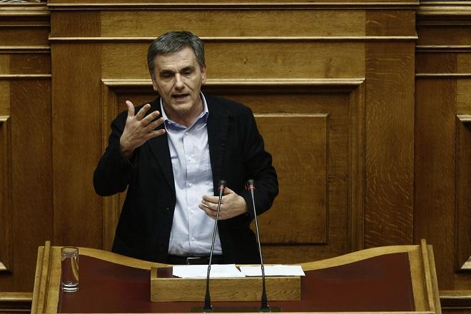 Ο υπουργός Οικονομικών Ευκλείδης Τσακαλώτος μιλάει από το βήμα της Ολομέλειας της Βουλής στη συζήτηση για την κύρωση του Κρατικού Προϋπολογισμού οικονομικού έτους 2018, που θα ολοκληρωθεί το βράδυ με ονομαστική ψηφοφορία, Αθήνα, Τρίτη 19 Δεκεμβρίου 2017.  ΑΠΕ-ΜΠΕ/ΑΠΕ-ΜΠΕ/ΑΛΕΞΑΝΔΡΟΣ ΒΛΑΧΟΣ