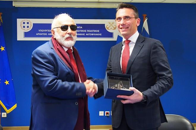 """Ο υπουργός Ναυτιλίας και Νησιωτικής Πολιτικής Παναγιώτης Κουρουμπλής (Α) και ο πρόεδρος και Διευθύνων Σύμβουλος της Παπαστράτος Χρήστος Χαρπαντίδης (Δ) ανταλλάσουν δώρα μετά την υπογραφή της σύμβασης δωρεάς από την καπνοβιομηχανία """"Παπαστράτος"""" στο υπουργείο Ναυτιλίας πέντε υπερσύγχρονων άκαμπτων  φουσκωτών σκαφών, Τετάρτη 31 Ιανουαρίου 2018. Με πέντε υπερσύγχρονα άκαμπτα φουσκωτά σκάφη, κόστους 2,4 εκατ. ευρώ, που θα οργώνουν, στο πλαίσιο των επιχειρήσεων για πάταξη του λαθρεμπορίου και των φαινομένων εγκληματικότητας, το Αιγαίο το Ιόνιο και το Κρητικό Πέλαγος.  ΑΠΕ-ΜΠΕ/ΑΠΕ-ΜΠΕ/Γεώργιος Χριστάκης"""