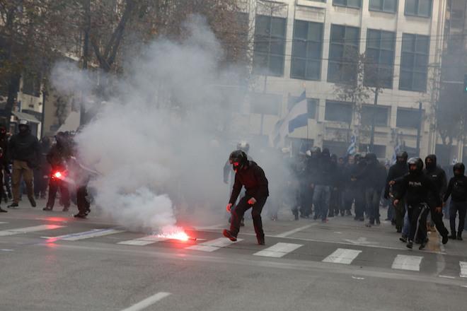 Αντιεξουσιαστές πετούν βεγγαλικά κατά τη διάρκεια αντιφασιστικής συγκέντρωσης στα Προπύλαια, Αθήνα, Κυριακή 4 Φεβρουαρίου 2018. ΑΠΕ-ΜΠΕ/ ΑΠΕ-ΜΠΕ/ ΑΛΕΞΑΝΔΡΟΣ ΜΠΕΛΤΕΣ