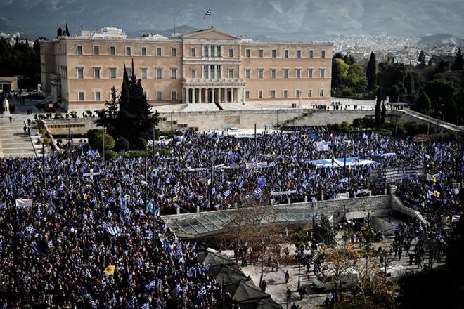 Κοσμοσυρροή στο Σύνταγμα: Πλήθος κόσμου στο συλλαλητήριο για τη Μακεδονία