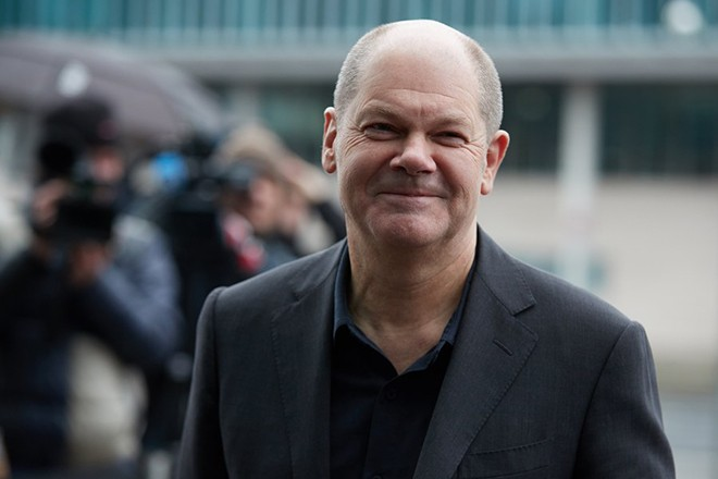 epa06493182 Olaf Scholz, first mayor of Hamburg and vice chairman of the Social Democratic Party (SPD), arrives for coalition talks at the headquarters of the Christian Democratic Union (CDU), the Konrad-Adenauer-Haus, in Berlin, Germany, 03 February 2018. The leaders of CDU, CSU and SPD meet for coalition talks to form a new German government.  EPA/HAYOUNG JEON