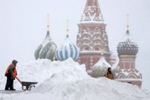 epaselect epa06498287 A municipal worker clears snow on the Red Square after heavy snowfall in Moscow, Russia, 05 February 2018. Long lasting snowfall has been predicted in Moscow.  EPA/YURI KOCHETKOV