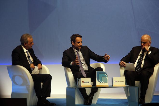 Ο πρόεδρος της Νέας Δημοκρατίας Κυριάκος Μητσοτάκης (Κ), μιλάει από το πάνελ ενώ παρακολουθούν ο πρόεδρος της Eurobank Ergasias Νικόλαος Καραμούζης (Δ) και ο διευθύνων σύμβουλος της Grant Thornton Βασίλειος Καζάς (A) κατά τη διάρκεια της τελετής βράβευσης του 2ου διαγωνισμού Ανάπτυξης και Ανταγωνιστικότητας (Growth Awards) της Eurobank Ergasias με την Grant Thornton στο Μέγαρο Μουσικής, την Τρίτη 6 Φεβρουαρίου 2018. ΑΠΕ ΜΠΕ/ΑΠΕ ΜΠΕ/ΑΛΕΞΑΝΔΡΟΣ ΒΛΑΧΟΣ