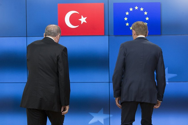 epaselect epa05988969 European Council President Donald Tusk (R) welcomes Turkish President Recep Tayyip Erdogan prior to a meeting at the European Council, in Brussels, Belgium, 25 May 2017. Turkish President Recep Tayyip Erdogan is in Belgium to attend a North Atlantic Treaty Organization (NATO) Summit.  EPA/OLIVIER HOSLET / POOL